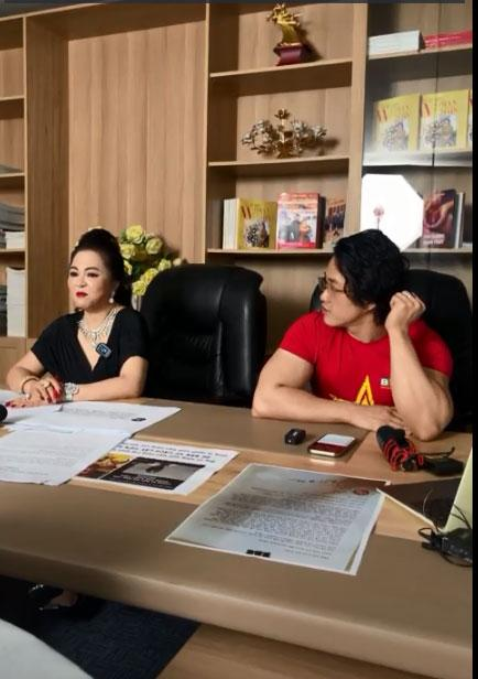 Vợ ông Dũng Lò Vôi tặng 2 cuốn sách dạy làm người cho con nuôi Hoài Linh-1