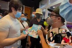 Vợ ông Dũng 'Lò Vôi' tặng 2 cuốn sách dạy làm người cho con nuôi Hoài Linh