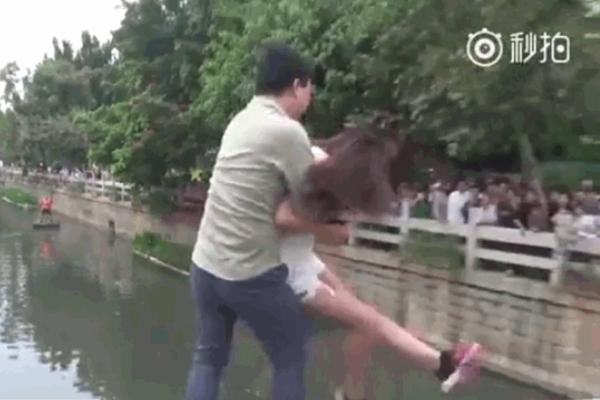 Clip: Chồng không cho kiểm tra điện thoại, vợ đòi nhảy sông tự tử-1