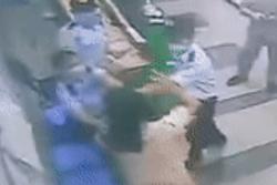 Người phụ nữ xô xát với bảo vệ chung cư vì bị nhắc đeo khẩu trang