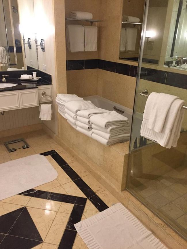Cười ngất với 1001 kiểu trang trí câu khách bá đạo trong các khách sạn-3