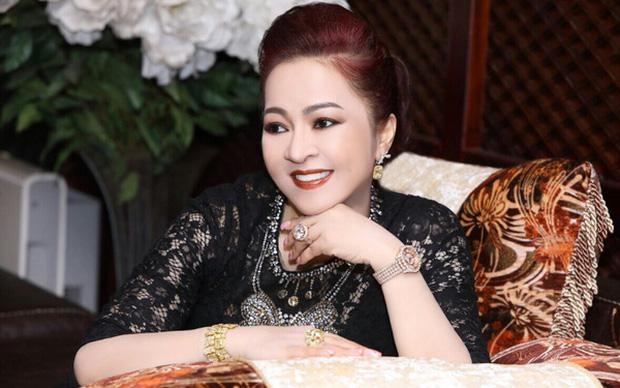 Mỗi lần livestream, bà Phương Hằng in comment dân mạng ra giấy đọc cho rõ-1