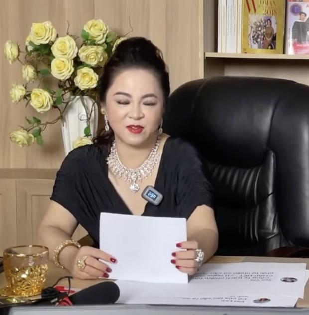 Mỗi lần livestream, bà Phương Hằng in comment dân mạng ra giấy đọc cho rõ-2