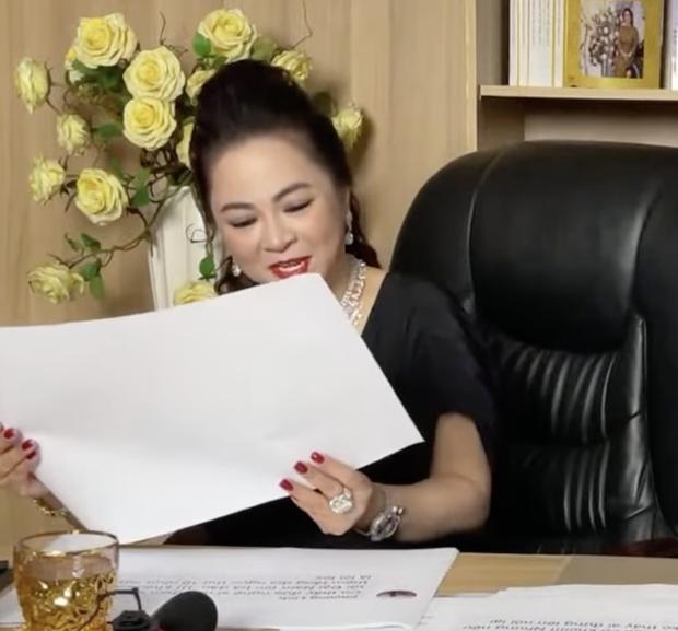 Mỗi lần livestream, bà Phương Hằng in comment dân mạng ra giấy đọc cho rõ-3