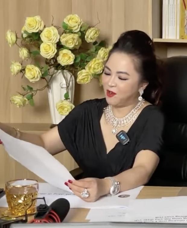 Mỗi lần livestream, bà Phương Hằng in comment dân mạng ra giấy đọc cho rõ-4