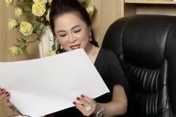 Mỗi lần livestream, bà Phương Hằng in comment dân mạng ra giấy đọc cho rõ