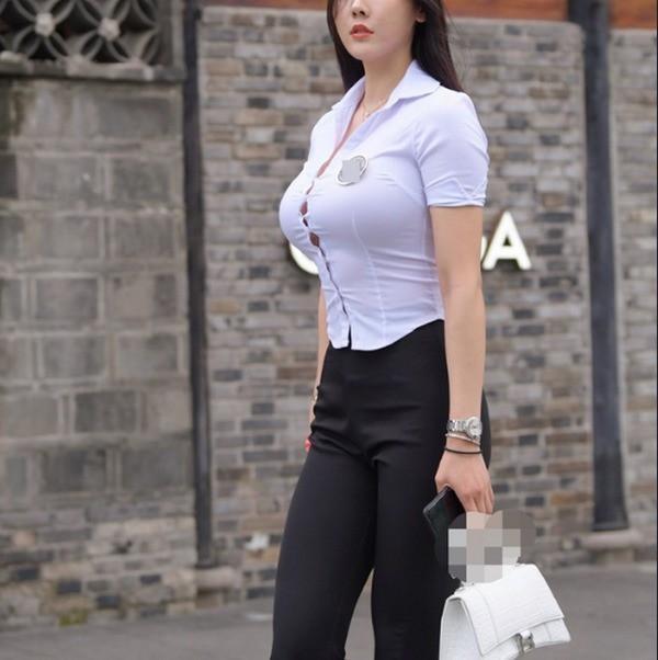 Hot trend mặc áo sơ mi bung cúc giới trẻ đam mê: Sexy hay phản cảm?-5