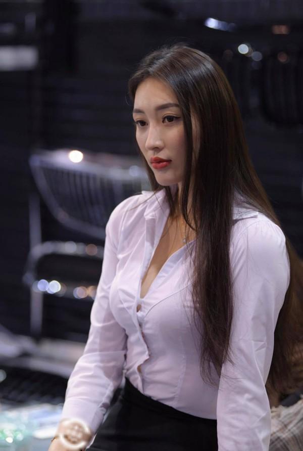 Hot trend mặc áo sơ mi bung cúc giới trẻ đam mê: Sexy hay phản cảm?-7