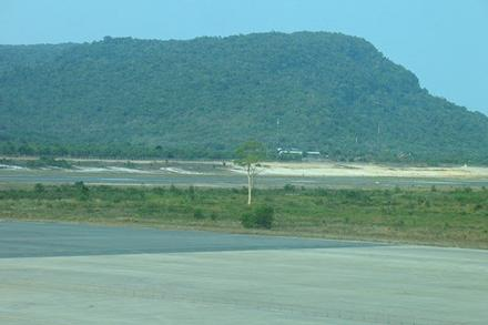 Xôn xao chuyện cái cây duy nhất hiện mọc lẻ loi ở giữa sân bay Phú Quốc