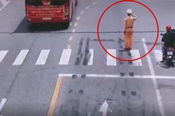 Hình ảnh chiến sĩ CSGT đứng nghiêm trang chào đoàn y bác sĩ Quảng Ninh gây xúc động