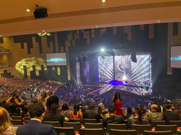 CEO tháp tùng Khánh Vân tại Miss Universe 2020 lại gây crush cực mạnh-3