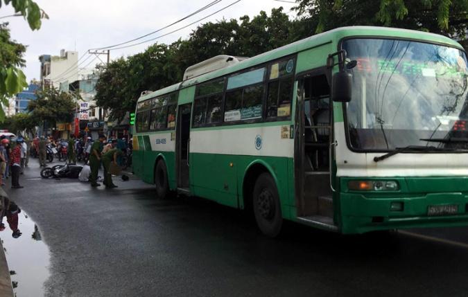 Nữ sinh lớp 12 bị xe buýt đâm tử vong, cha ôm thi thể con gào khóc xót xa-1