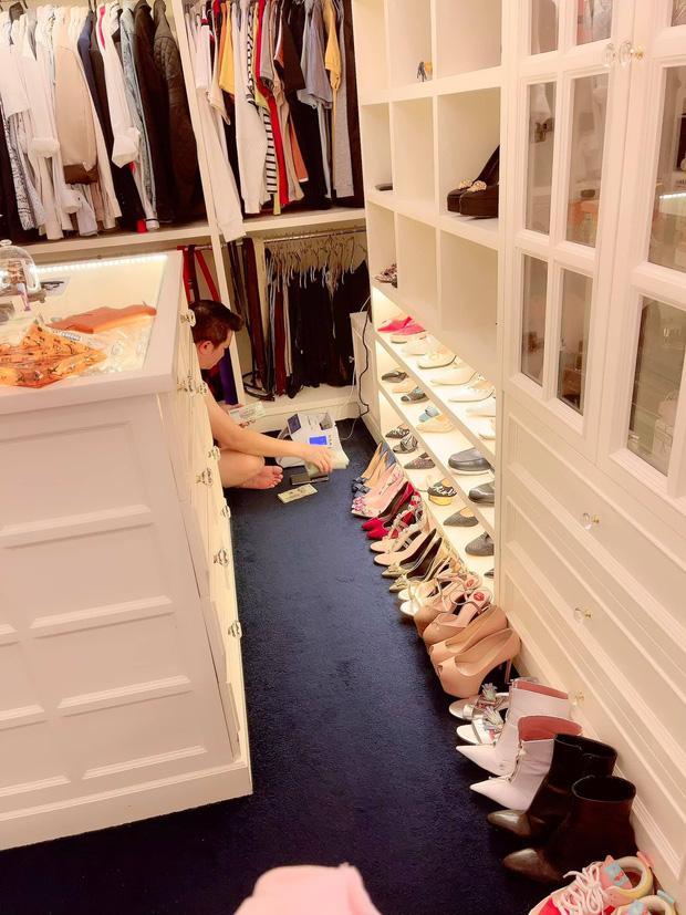 Nữ đại gia ở biệt thự 200 tỷ khoe đôi giày rẻ nhất từng mua, leo cả lên ghế show hàng-4