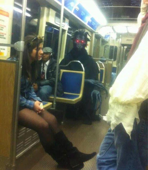 Những hình ảnh chứng minh tàu điện ngầm là nơi điều gì cũng có thể xảy ra-2