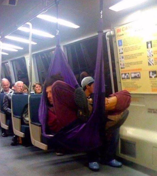 Những hình ảnh chứng minh tàu điện ngầm là nơi điều gì cũng có thể xảy ra-4