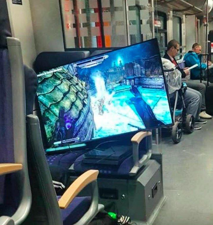Những hình ảnh chứng minh tàu điện ngầm là nơi điều gì cũng có thể xảy ra-5