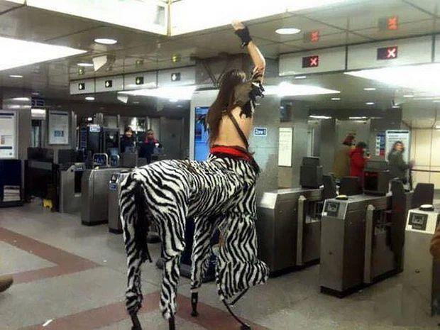 Những hình ảnh chứng minh tàu điện ngầm là nơi điều gì cũng có thể xảy ra-7