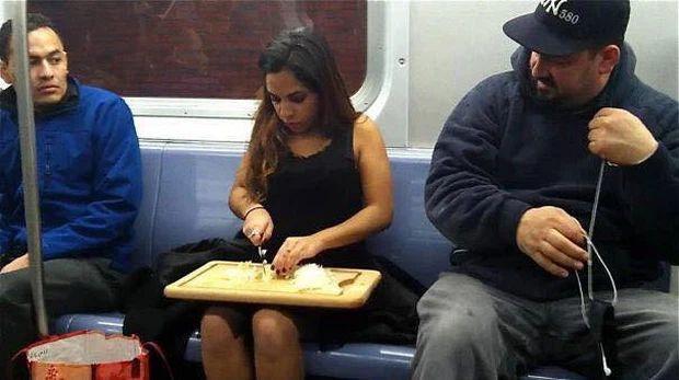Những hình ảnh chứng minh tàu điện ngầm là nơi điều gì cũng có thể xảy ra-10
