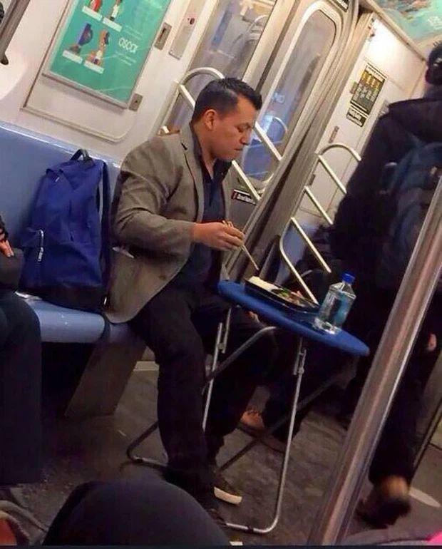 Những hình ảnh chứng minh tàu điện ngầm là nơi điều gì cũng có thể xảy ra-11