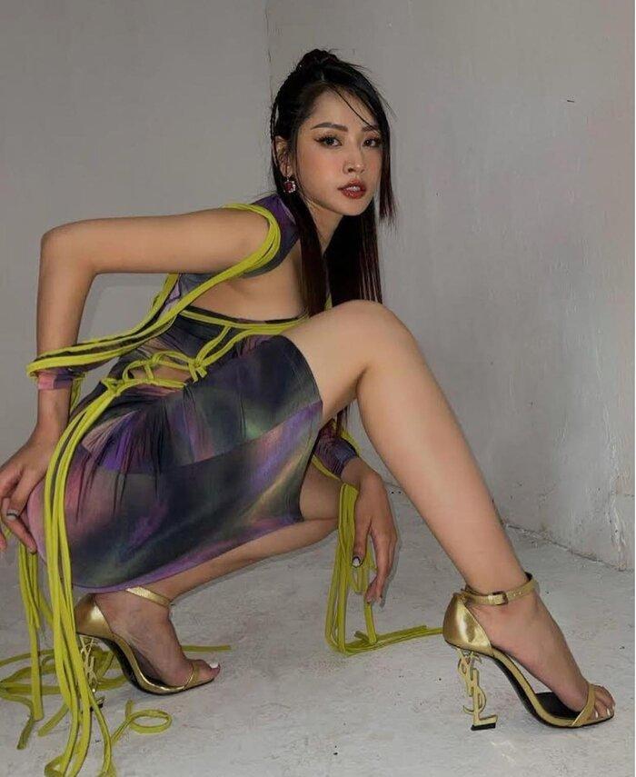 Chi Pu tạo dáng trên giày cao nhìn muốn vẹo hết cột sống với kiểu váy khó nhằn-2