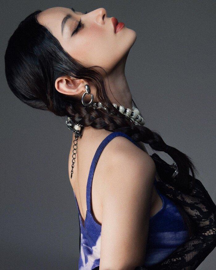 Chi Pu tạo dáng trên giày cao nhìn muốn vẹo hết cột sống với kiểu váy khó nhằn-5