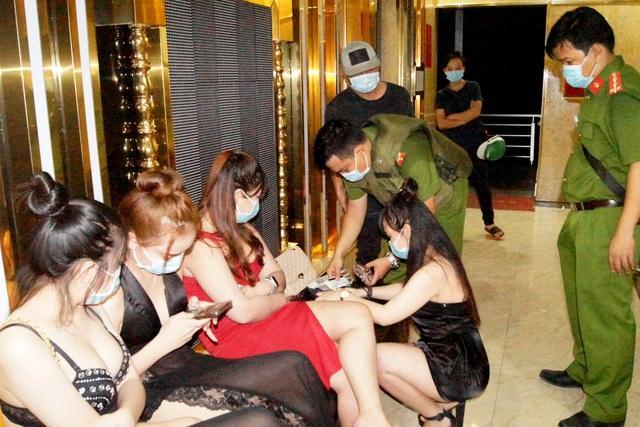 Gần trăm khách quẩy cùng tiếp viên trong quán karaoke giữa mùa dịch-2