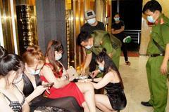Gần trăm khách 'quẩy' cùng tiếp viên trong quán karaoke giữa mùa dịch