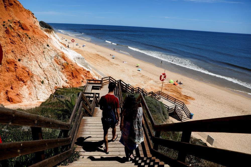 Du khách Anh đổ xô tới Bồ Đào Nha ngay ngày đầu mở cửa-1
