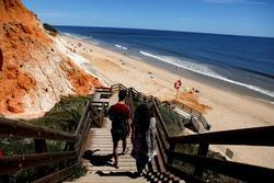 Du khách Anh đổ xô tới Bồ Đào Nha ngay ngày đầu mở cửa