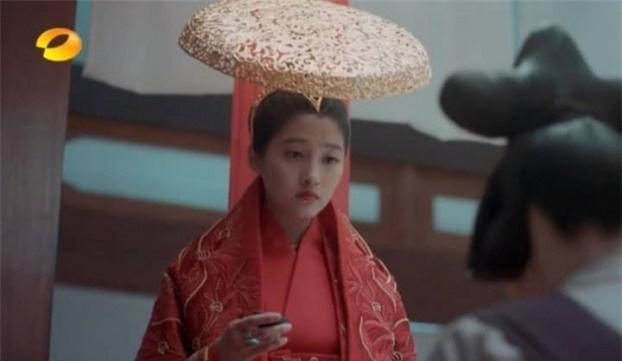 Mũ cổ trang của mỹ nữ Cbiz: Dương Mịch đội tổ chim, Lưu Diệc Phi đội mâm ngũ quả-5