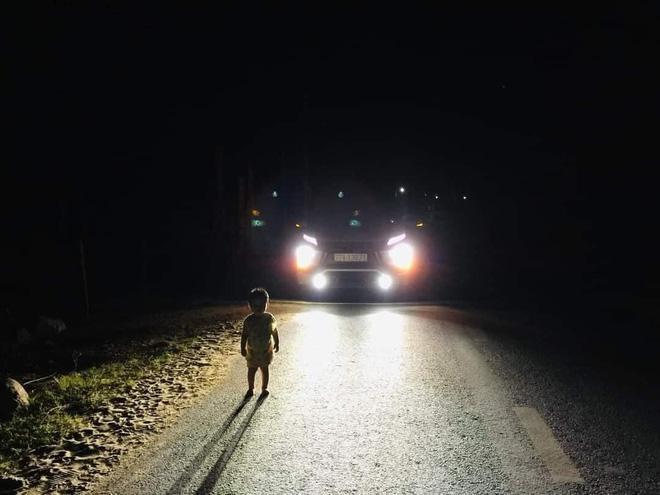 Clip: Tài xế hết vía khi bắt gặp bé 2 tuổi lang thang giữa đường đêm khuya-1