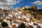 Kỳ lạ thị trấn 'đá đè' toàn nhà không mái, chỉ thấy mặt tiền ở Tây Ban Nha