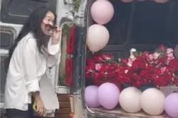 Thanh niên nhờ chở 520 bông hồng tỏ tình, đến nơi cô gái quay đầu đi thẳng