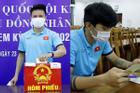 Ảnh nét căng dàn soái ca tuyển Việt Nam đi bầu cử trước khi sang UAE thi đấu