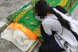 Ấn Độ: Con gái gào khóc bên thi thể mẹ mắc Covid-19 bị cưỡng hiếp đến chết