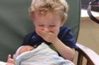 Biểu cảm 'đang yên đang lành lại làm anh chị' của nhóc tỳ khi lần đầu gặp em mới sinh