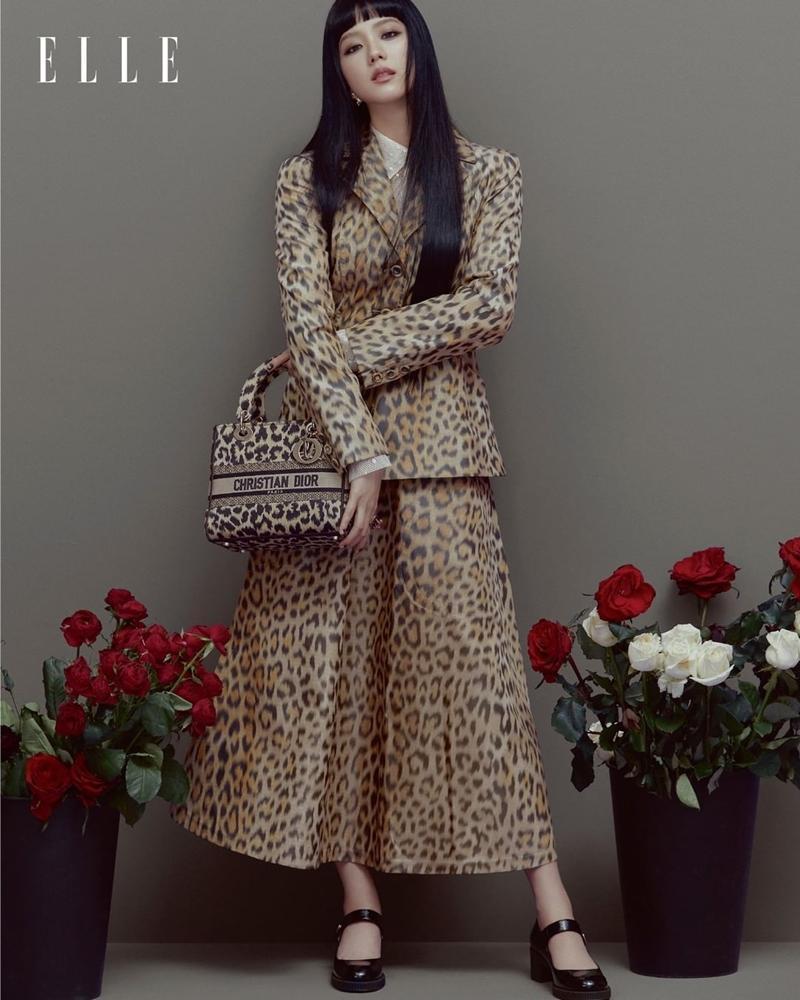 Cùng chọn đồ da báo Dior, Hoa hậu Tiểu Vy và Jisoo BLACKPINK ai mặc chất hơn?-2