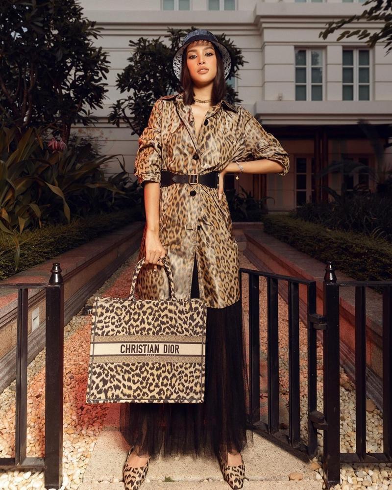 Cùng chọn đồ da báo Dior, Hoa hậu Tiểu Vy và Jisoo BLACKPINK ai mặc chất hơn?-7