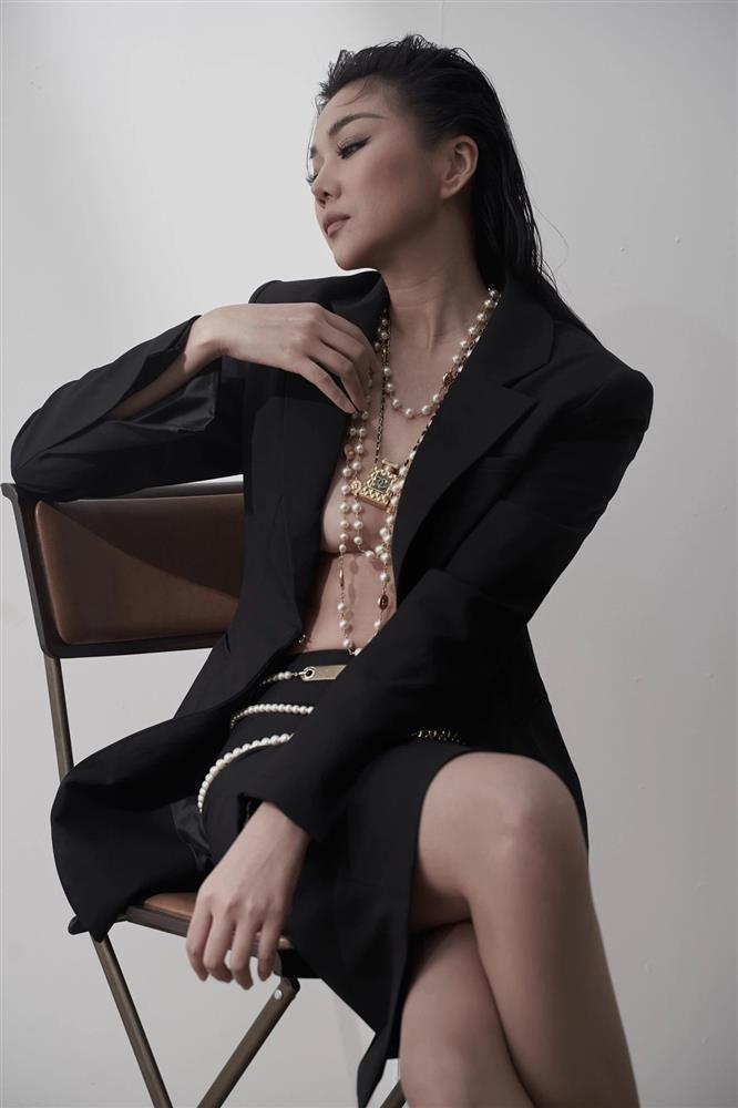 Đứng yên, không nhúc nhích nhưng Thanh Hằng vẫn lộ chân ngực sexy-4