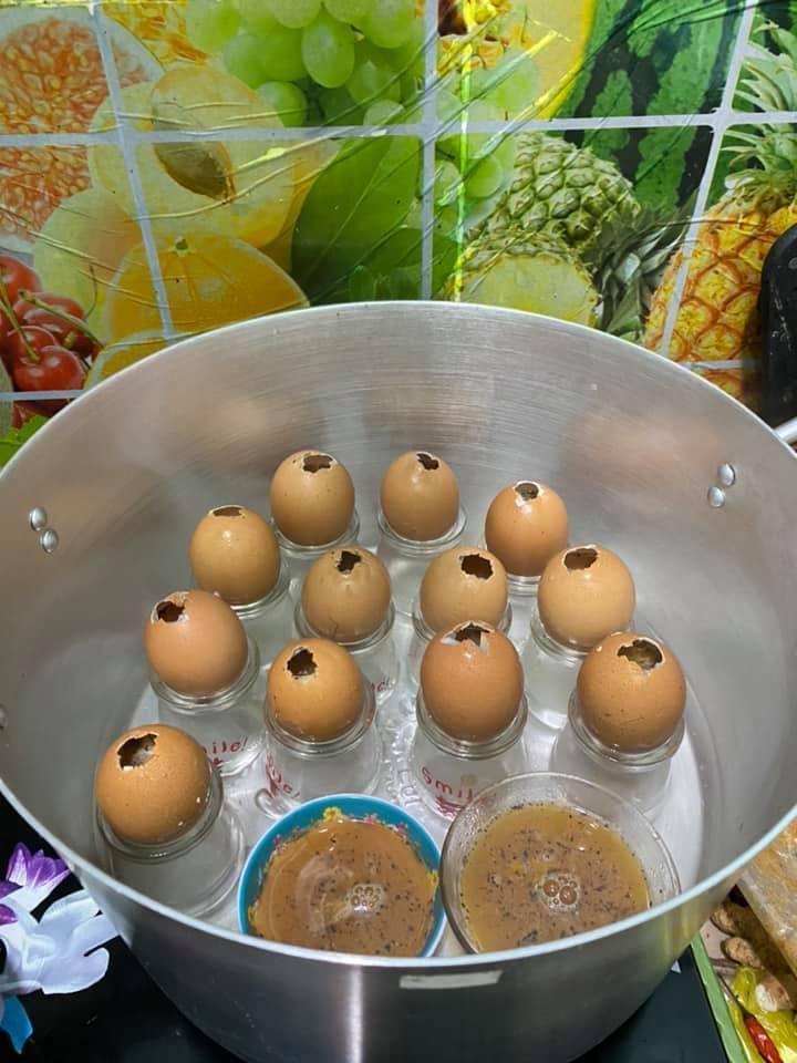 Tưởng thế là ngầu gái xinh vào bếp nướng trứng gà, đến khi mở vung hỏng cả một nồi-1