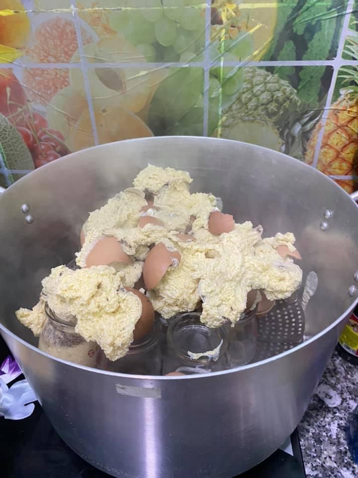 Tưởng thế là ngầu gái xinh vào bếp nướng trứng gà, đến khi mở vung hỏng cả một nồi-2