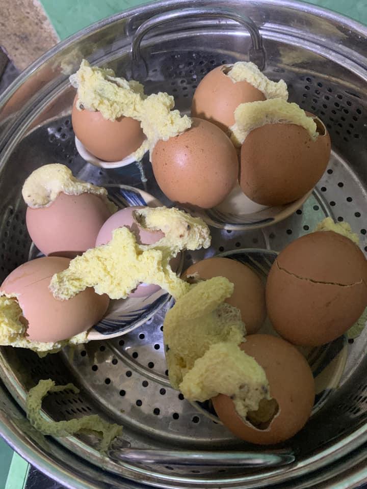 Tưởng thế là ngầu gái xinh vào bếp nướng trứng gà, đến khi mở vung hỏng cả một nồi-6