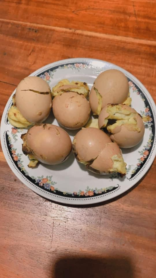Tưởng thế là ngầu gái xinh vào bếp nướng trứng gà, đến khi mở vung hỏng cả một nồi-9