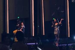 Ca sĩ Hà Nhi gây sốc, ném hoa của khán giả vừa tặng giữa sân khấu