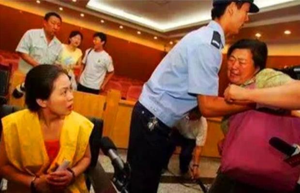 Con trai bị thiếu niên dìm chết, mẹ phẫn nộ tạt axit trả thù-4