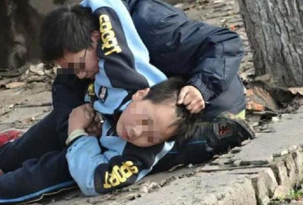 Con trai bị thiếu niên dìm chết, mẹ phẫn nộ tạt axit trả thù-2