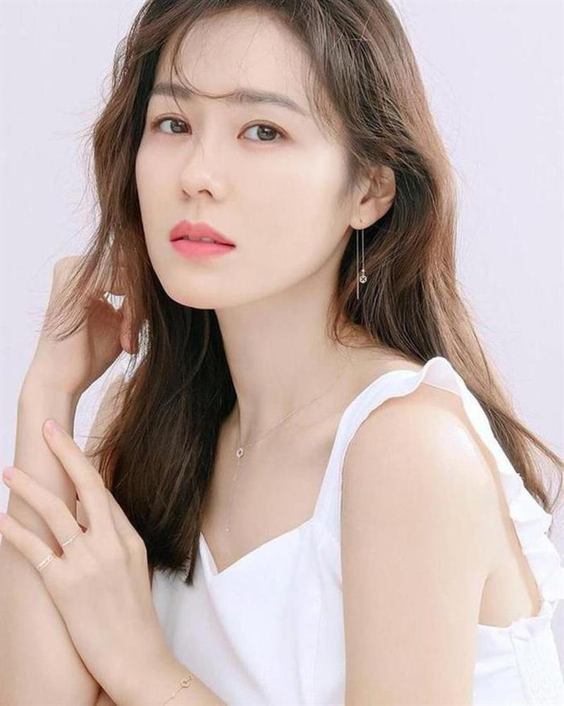 Son Ye Jin trẻ xinh là thế nhưng cứ đánh son đỏ là bị dìm thậm tệ-1