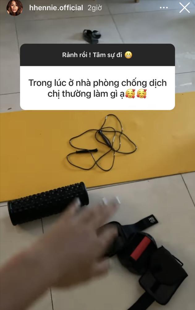 Giãn cách xã hội không thể ra salon, H'Hen Niê chia sẻ công thức ủ tóc suôn mượt tại gia-1