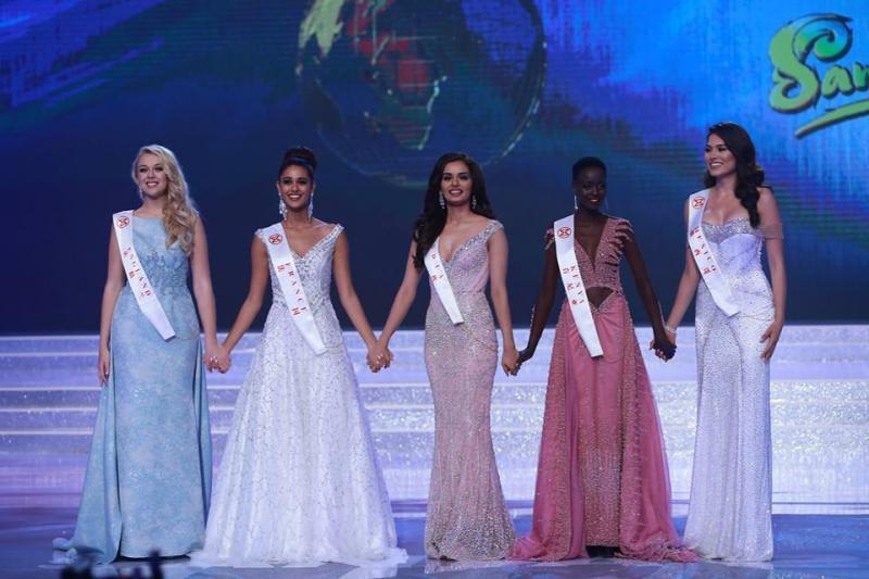 Đỗ Mỹ Linh chụp hình cùng tân Miss Universe, chiều cao cột đèn - máy nước-4