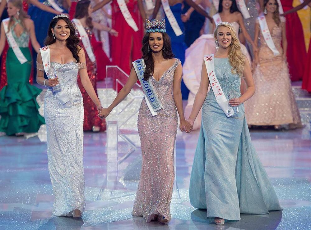 Đỗ Mỹ Linh chụp hình cùng tân Miss Universe, chiều cao cột đèn - máy nước-3